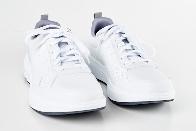 Une paire de baskets blanches pour hommes