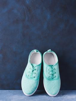 Paire de baskets femme en toile verte sur bleu