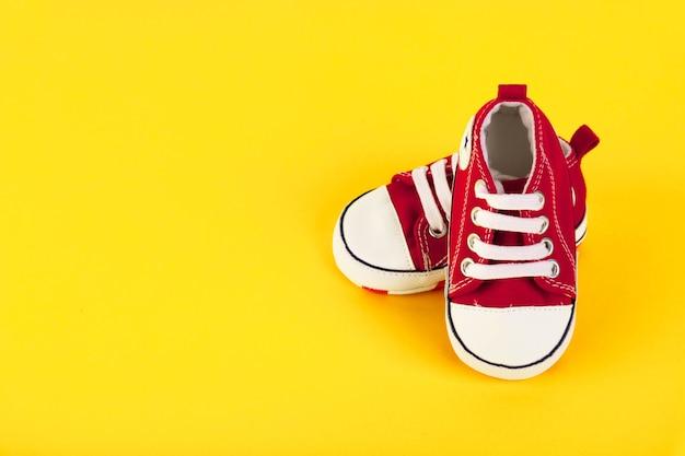 Une paire de baskets rouges