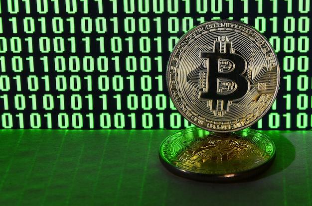 Une paire de bitcoins repose sur une surface en carton