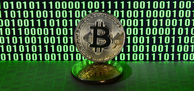 Une paire de bitcoins se trouve sur une surface en carton à l'arrière-plan