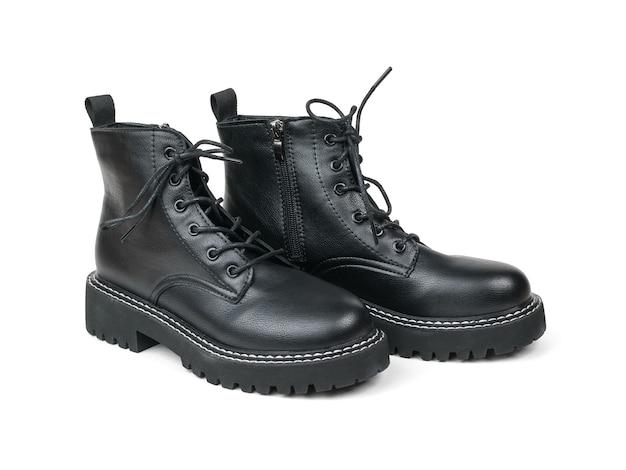 Une paire de bottes en cuir élégantes isolé sur une surface blanche