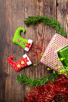 Une paire de cadeaux emballés dans un emballage de fête lumineux, sur lesquels sont situés des bas lumineux pour des bonbons.