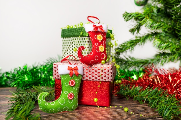 Une paire de cadeaux emballés dans un emballage lumineux et festif, sur lesquels sont situés des petits bas lumineux pour des bonbons.