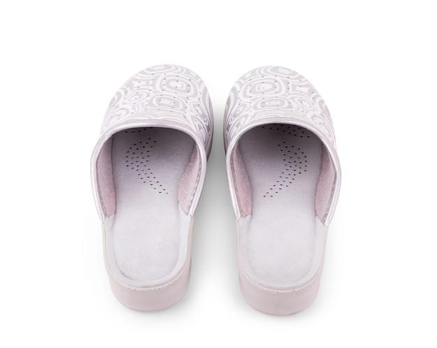 Une paire de chaussons blancs sur fond blanc