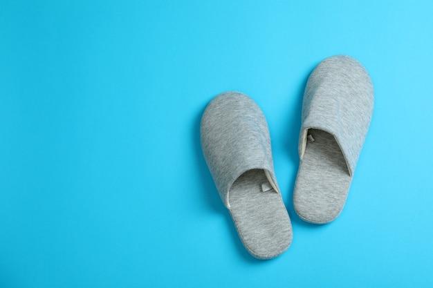 Paire de chaussons sur fond bleu