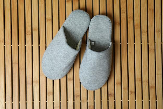 Paire de chaussons sur fond de bois