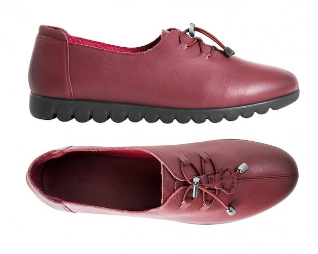 Paire de chaussures en cuir pour femmes isolées sur blanc
