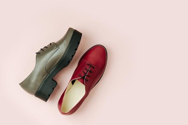 Une paire de chaussures élégantes pour femmes de printemps ou d'automne sur fond rose pâle. concept de beauté et de mode. mise à plat, vue de dessus