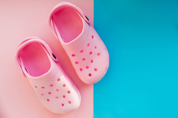 Paire de chaussures d'été roses confortables et décontractées pour les enfants isolés sur rose