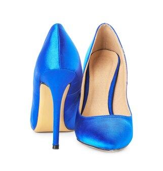 Paire de chaussures féminines élégantes sur surface blanche