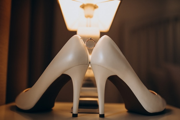 Paire de chaussures de mariage mariées