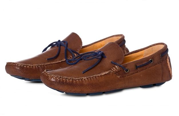 Paire de chaussures de mode en cuir pour hommes avec profil de vue isolé sur blanc