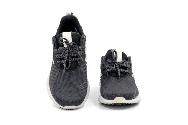 Paire de chaussures de mode et de sport de couleur noire isolées sur fond blanc.