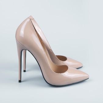 Paire de chaussures à talons hauts femme beige
