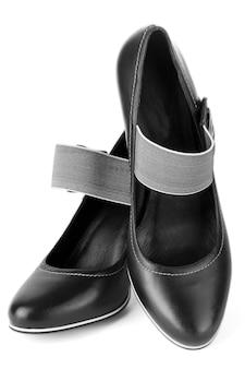 Une paire de chaussures à talons hauts noires pour femmes sur fond blanc