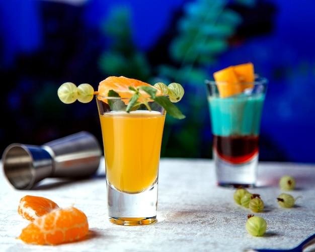 Une paire de cocktails en verre à liqueur