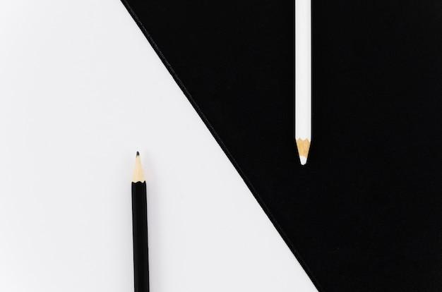Paire de crayons noir et blanc vue de dessus