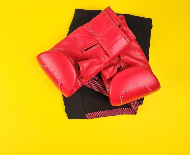 Paire de gants de boxe en cuir rouge sur fond jaune