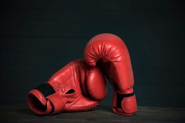 Paire de gants de boxe rouges sur fond noir