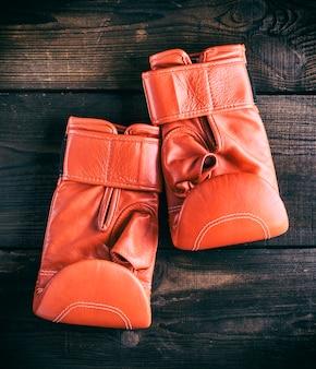 Paire de gants en cuir rouge pour la boxe