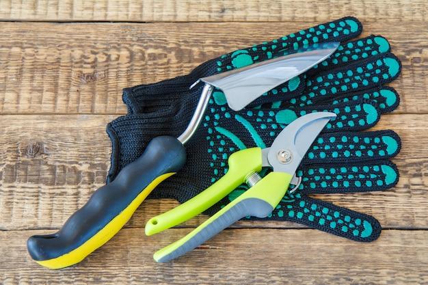 Paire de gants de jardin noirs sécateur et truelle faits d'outils et d'équipements de jardin en acier inoxydable