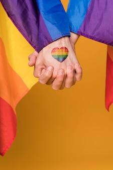Paire gay tenant par la main