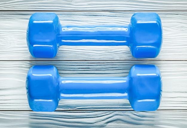 Paire d'haltères sur le concept de formation de sports de planche en bois