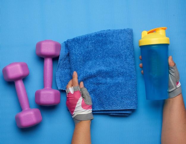Paire d'haltères et serviette bleue, vue du dessus
