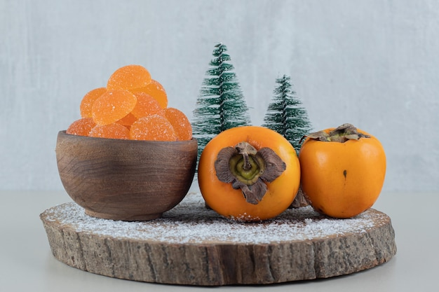 Paire de kakis frais avec marmelades d'oranges.