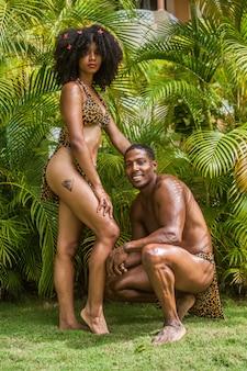 Paire de mannequins dominicains habillés en taino immergés dans le vert de la forêt tropicale
