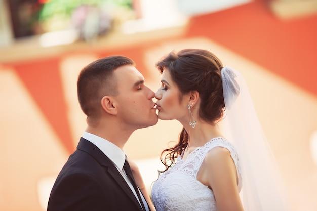 Paire de mariage étreindre et embrasser à la porte