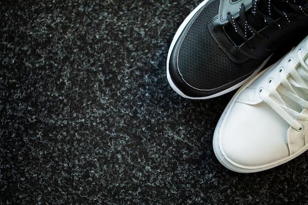 Paire de nouvelles baskets élégantes sur le plancher à la maison.