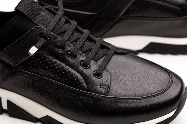 Paire de nouvelles chaussures de course de sport noir sans marque, baskets ou formateurs isolés sur fond blanc.