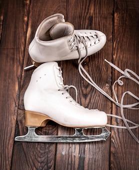 Une paire de patins en cuir blanc