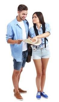 Une paire de touristes heureux en été, isolé sur blanc