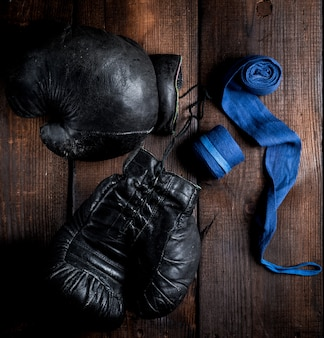 Paire de très vieux gants de boxe en cuir noir