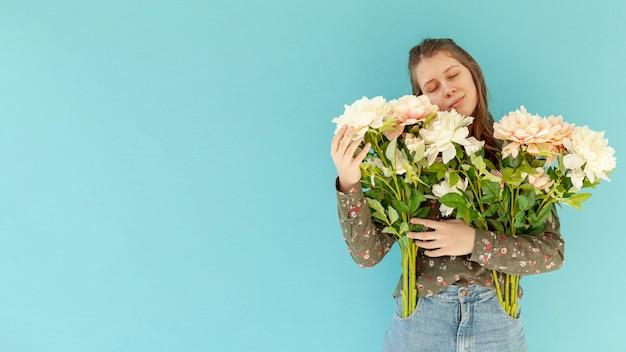 Paisible, femme, tenue, fleur, bouquet