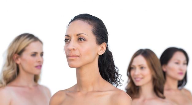 Paisibles modèles nus posant à la recherche