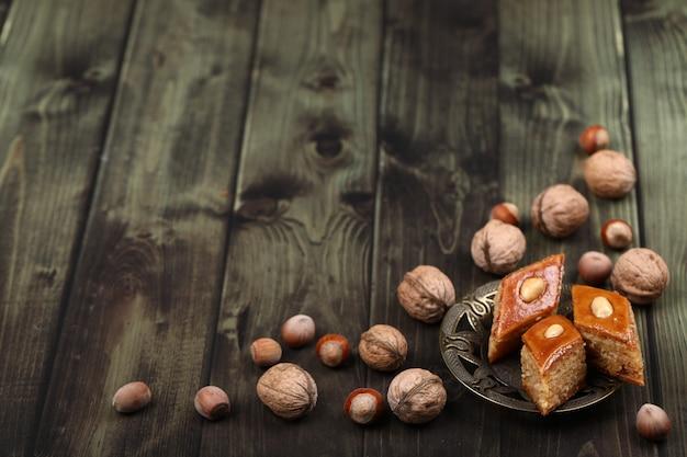 Pakhlava caucasien traditionnel avec des noix autour