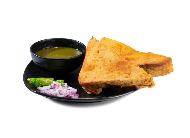 Pakora de pain grillé frit indien sur blanc