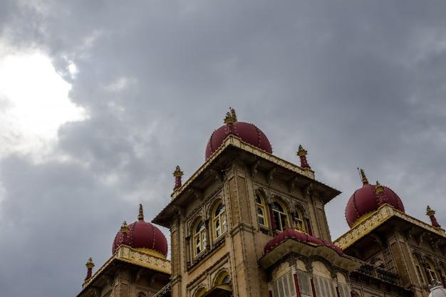 Palais avec un ciel clair en arrière-plan