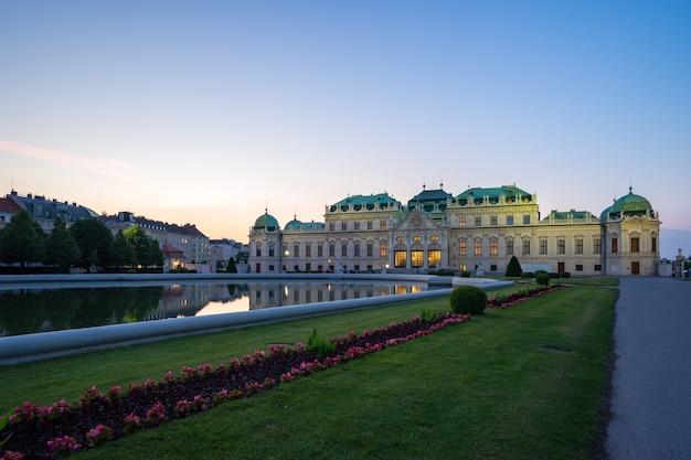 Palais du belvédère au crépuscule dans la ville de vienne