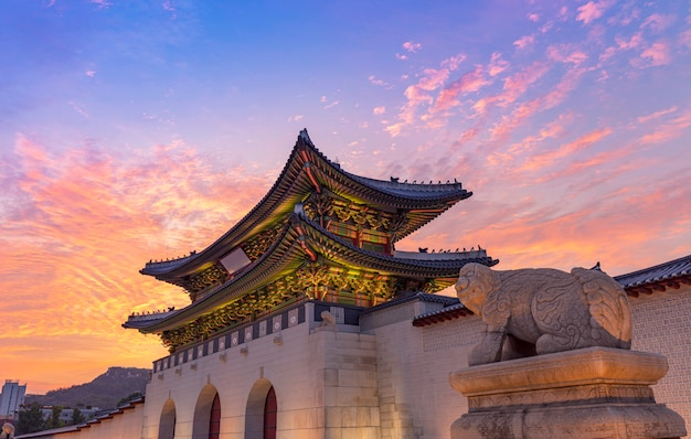 Palais de gyeongbokgung au coucher du soleil à séoul en corée du sud