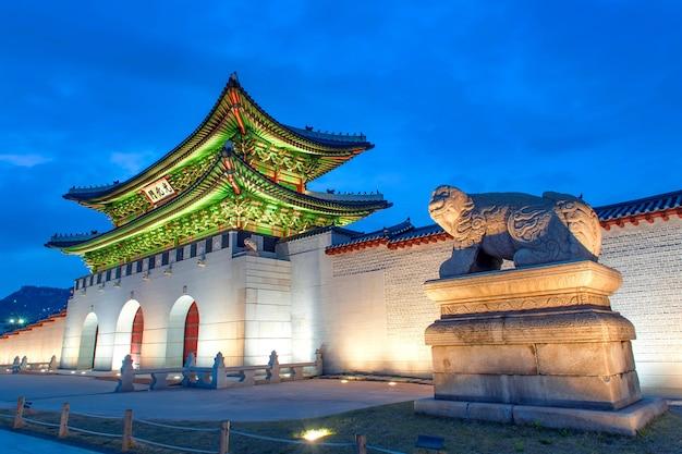 Palais gyeongbokgung de nuit à séoul, corée du sud.