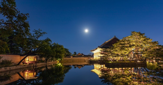 Palais de gyeongbokgung avec la pleine lune à séoul en corée du sud