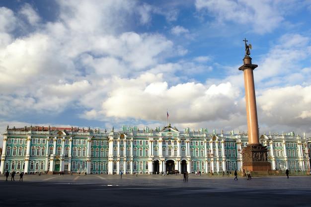 Palais d'hiver et colonne alexandre sur la place du palais.