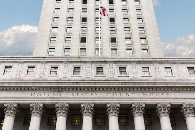 Palais de justice des états-unis. façade du palais de justice avec colonnes, manhattan, new york