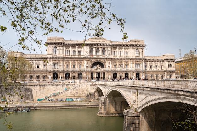 Le palais de justice de rome sur les rives du tibre
