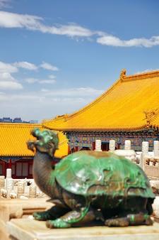Palais, pagodes à l'intérieur du territoire du musée de la cité interdite à pékin au coeur de la ville, chine. concentrez-vous sur l'arrière-plan.